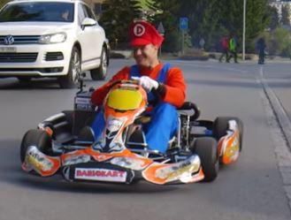 """Dario Cologna als """"Super Mario"""" mit Rotax"""